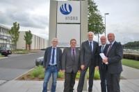 Mit Horst Gerbrand (SPD-Fraktionschef Grevenbroich), Ernst Schumacher (Hydro-Betriebsratsvorsitzender), Garrelt Duin und Klaus Krützen am Hydro-Standort in Grevenbroich.