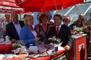Hannelore Kraft am Infostand mit Rainer Thiel MdL, Petra Kammerevert MdEP und Bürgermeisterkandidat Martin Mertens