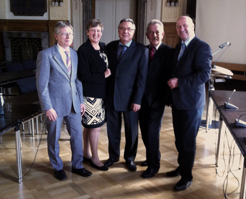 Der Fraktionsvorstand der SPD-Regionalratsfraktion (v.l.n.r.): Michael Hildemann (stellv. Fraktionsvorsitzender), Friederike Sinowenka, (Beisitzerin), Günter Wurm (Fraktionsvorsitzender), Klaus Reese (stellv. Regionalratsvorsitzender) und Rainer Thiel MdL (Beisitzer).