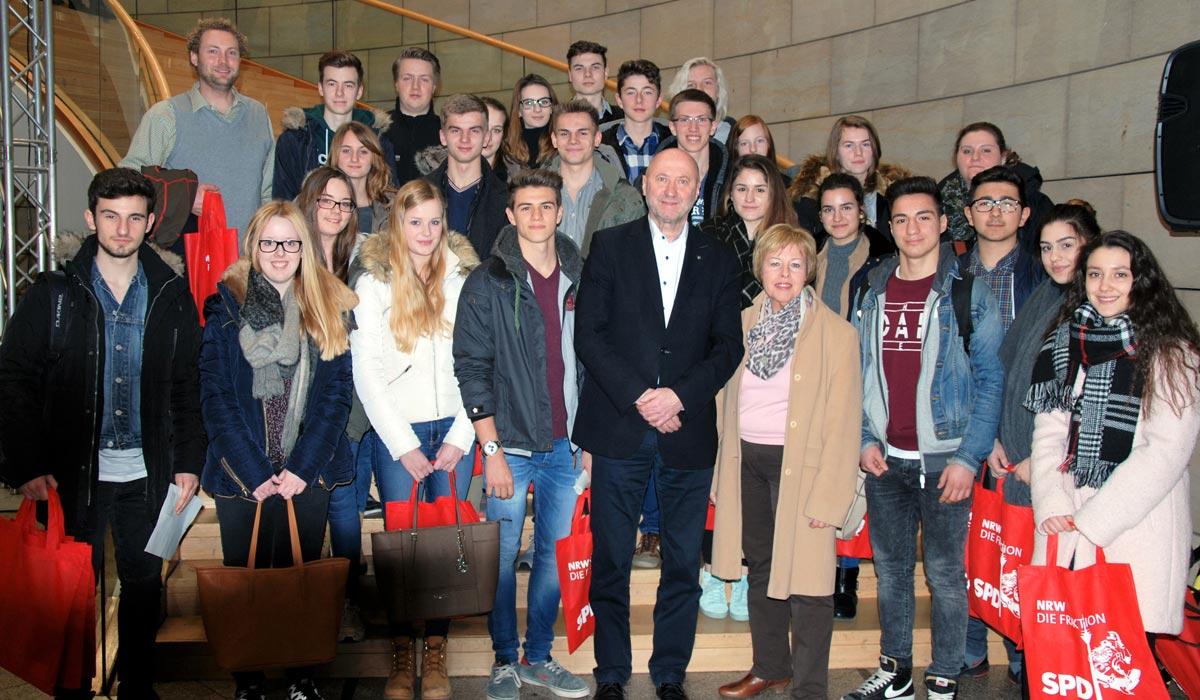 Schülerinnen und Schüler der Käthe-Kollwitz-Gesamtschule Grevenbroich besuchten Rainer Thiel im Landtag NRW