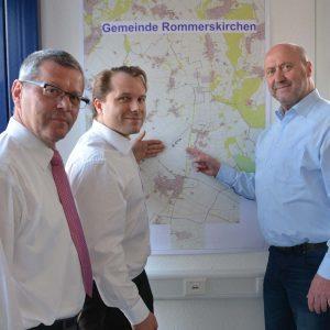 (v.l.n.r.) Hans-Josef Schneider, Dezernent für Infrastruktur, Bauen und Umwelt, Bürgermeister Dr. Martin Mertens und Rainer Thiel MdL